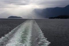 Promu statku wycieczkowego Łódkowatego kilwateru Howe Rozsądny Burzowy niebo Zdjęcia Royalty Free