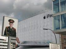 Promujący personelu wojskowego stowarzyszanie z Apple fotografia stock