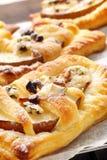 Päron bakade i smördeg med gorgonzola ost och valnötter Arkivfoto
