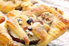 Päron bakade i smördeg med gorgonzola ost och valnötter Arkivbilder