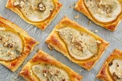 Päron bakade i smördeg med gorgonzola ost och valnötter Royaltyfri Fotografi