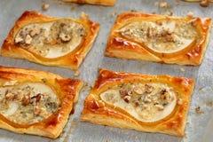 Päron bakade i smördeg med gorgonzola ost och valnötter Royaltyfria Bilder