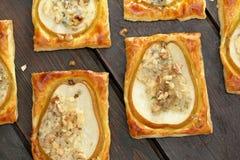 Päron bakade i smördeg med gorgonzola ost och valnötter Royaltyfri Bild