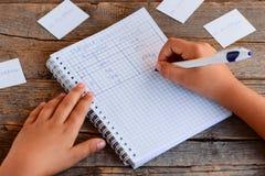 Pronomes do assunto da gramática inglesa Uma criança pequena é de escrita e de aprendizagem pronomes sujeitos Um caderno, uma pen imagens de stock royalty free
