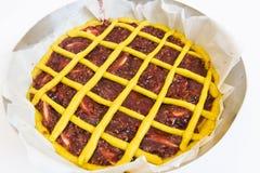 Pronto ad essere acido cucinato con le ciliege Torta italiana fotografia stock