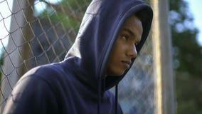 Pronto adolescente afro-americano agressivo para cometer o crime, falta da educação apropriada foto de stock