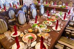 Pronto la cena festiva comenzará Imágenes de archivo libres de regalías