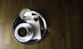 Pronto para ser servido uma xícara de café imagens de stock royalty free