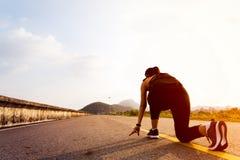 Pronto vá mulher de corrida na posição de começo e ir correr no longo caminho fotos de stock royalty free