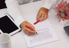 Proofreading papier na stole zdjęcia stock