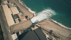 Propósito aéreo de contaminar el dren industrial del agua en el mar metrajes