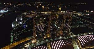 Propósito aéreo de imazing la demostración ligera en Marina Bay Sands Singapore en la noche metrajes