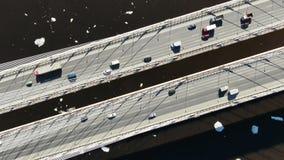 Propósito aéreo de la conducción de los camiones y de automóviles en un puente cable-permanecido sobre el río almacen de metraje de vídeo