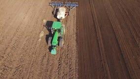 Propósito aéreo de una cultivación del tractor campos con el suelo negro para plantar en 4K almacen de metraje de vídeo