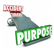 Propósito contra accidente enfrente de la balanza A intencional de la oscilación de las palabras Foto de archivo