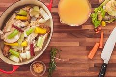 Propósito de arriba de hacer la acción de sopa hecha en casa de pollo Fotos de archivo libres de regalías