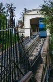 Propósito de llevar funicular azul famoso a la ciudad vieja superior de Zagreb, Croacia imagen de archivo