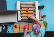 Propósito superior de cocinar la barbacoa Hombre con la comida sana de la calle del vegano, salchichas, perritos calientes hechos Imagen de archivo