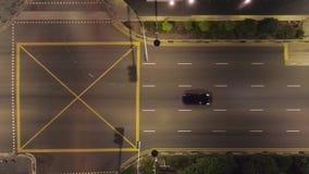 Propósito superior de conducir los coches en la ciudad en la noche tiro Hermosa vista de la vida de noche de una metrópoli grande almacen de video