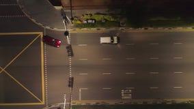 Propósito superior de conducir los coches en la ciudad en la noche tiro Hermosa vista de la vida de noche de una metrópoli grande almacen de metraje de vídeo