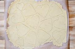 Propósito superior de preparar corazones del pan de jengibre Fotos de archivo libres de regalías