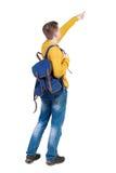 Propósito trasero de señalar al hombre joven con la mochila Fotos de archivo