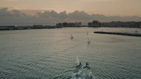 Prop?sito a?reo de mover los peque?os veleros cerca de Anzio por la tarde, Italia almacen de video