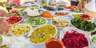 Propagação colorida bonita do almoço turco com vegetais fotografia de stock royalty free