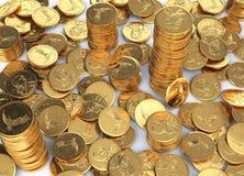 Propagação das moedas do dólar do ouro em uma superfície branca e em poucas pilhas Foto de Stock Royalty Free