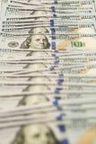 Propagação de muitas cédulas de cem dólares na superfície Imagem de Stock Royalty Free