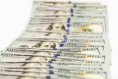 Propagação de muitas cédulas de cem dólares na superfície do branco Imagens de Stock