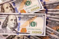Propagação do dinheiro de contas novas de cem-dólar Fotografia de Stock
