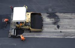 Propagador do asfalto no trabalho no local Fotos de Stock Royalty Free