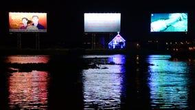 Propaganda/bancos de las carteleras del anuncio del río de Saigon - Ho Chi Minh City almacen de metraje de vídeo