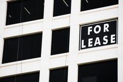 A propaganda de Real Estate para o aluguer assina dentro a janela Imagem de Stock Royalty Free