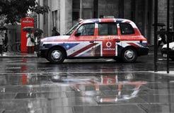 Propaganda de Vodafone em um táxi preto Foto de Stock