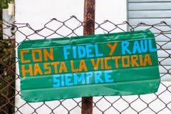Propaganda in Dorf EL Cobre, Kuba Es sagt: Mit Fidel und Raul zum Sieg, immer stockfotografie