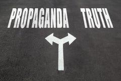 Propaganda gegen Wahrheitswahlkonzept lizenzfreie stockbilder