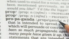 Propaganda, potlood die woord op woordenschat in het Engels, bevolkingsovertuiging richten stock video