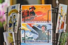 Propagandaprentbriefkaaren in het paviljoen van Nnorth Korea in Expo 2015 I stock afbeeldingen