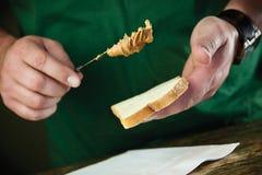 Propagação do pão da manteiga de amendoim Fotografia de Stock