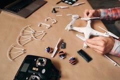 Propeller, die auf Fliegenbrummen, Nahaufnahme installieren lizenzfreie stockfotografie