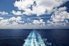 Propeller-Spur auf dem weit offenen blauen Meer Stockfoto