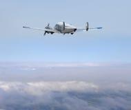 Propellerflugzeug in den Wolken stockbilder