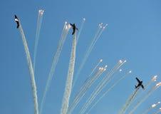 Propellerflugzeuge, die Aufflackern während einer Flugschau abfeuern Lizenzfreies Stockbild