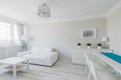 Proper möblerad elegant lägenhet Royaltyfria Bilder