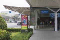Propganda affisch på flygplatsen i Ho Chi Minh, Vietnam Royaltyfri Bild