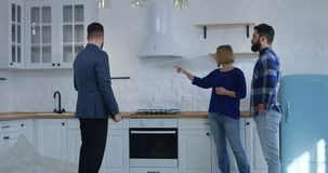 Propiedad de la demostración del agente inmobiliario a un par almacen de video