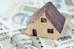 Propiedad de la India, propiedades inmobiliarias o concepto de la hipoteca, pequeño h de cerámica fotos de archivo