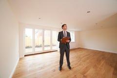 Propiedad de Looking Around Vacant del agente de la propiedad inmobiliaria nueva fotografía de archivo libre de regalías